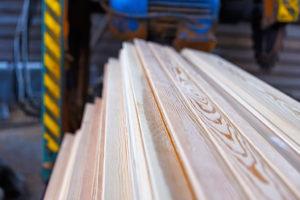 Сухая древесина после сушки в вакуумной камере.